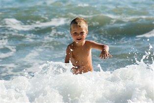 бегущий в волнах