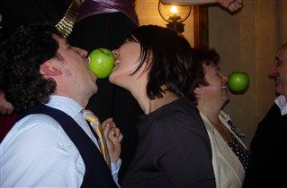Какая пара быстрее скушает яблоко