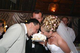 Едим торт на перегонки!