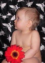 Малыш-голыш с цветком в руке и бабочки вокруг