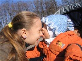 Родной сестре и носа не жалко для первого зуба!!!