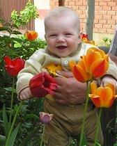 Ура! Нашёл маме цветочек!
