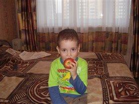 ах, какое вкусное яблоко!