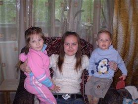Сестрёнки и братишка.