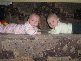 На диване мы лежим и на мамочек глядим  !!!