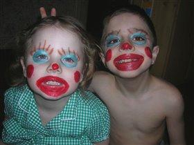Мам, мы тут в клоунов поиграли...