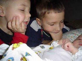 Сказали, что будет сестрёнка, принесли живого куклёнка... как будем мы с ней играть? Мы же можем её поломать...