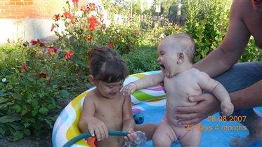давайте  плескаться в корыте, лохане, в надувном бассейне и ванне!