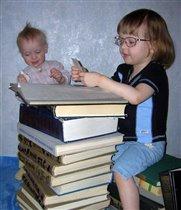 С умной кто не дружит книжкой, быть не достоин коротышкой!