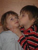 Я люблю свою сестру и целую,как могу.