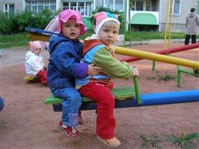 Дануся (слева) боевой подругой Дашкой