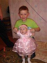 Сестричка и доюродный братик похожи как две капли воды.