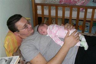 Какой удобный живот у папы! Никакая кроватка не сравнится!