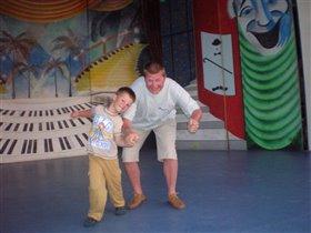 'Мы танцуем и поем, вместе с папочкой вдвоем'