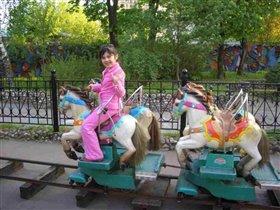 Давнее утро.   Детские приметы...   Карусель с лошадками   Кружится в саду.