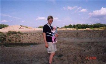 Папа с Катей в кенгуру