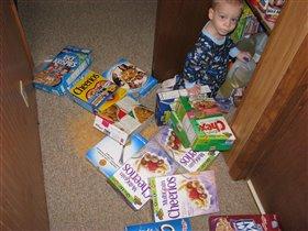 У тебя тут, мам, в шкафу та-а-акой беспорядок!.. :)