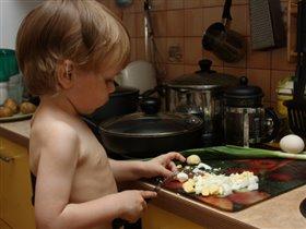 Делает сам салатик