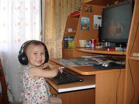 Дашутка за компьютером
