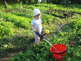 во саду ли, в огороде, поливала Аня....