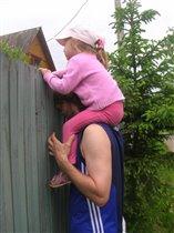 Папань, а ну ка подсади! Пойду малинки стырю))))