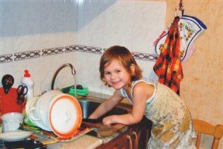 Я посуду намываю - так я маме помогаю!