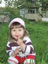 'Ягодка' кушает ягодку!