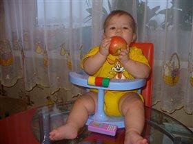 Мое первое яблоко.
