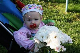 Мой малютка тоже любит цветы