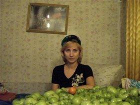 Девушка с помидорами и в тюбетейке