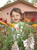 маленький садовник. Дэнизу 1 год 8 месяцев