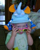 Моя шляпа - это СЛОН! Взгляд притягивает он!!!:)