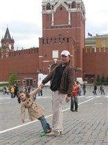 С папой выгуливают динозавра на Главной площади города)