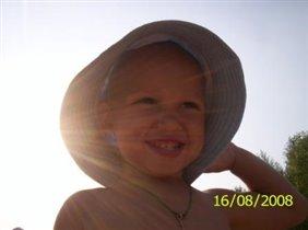 от солнышка спрятался я, головку оберегает шляпа моя!