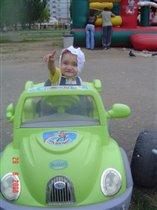 Юная автолюбительница! :)))