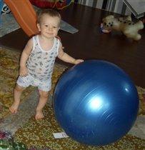 малыш-крепиш с фитболом