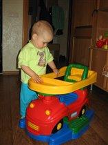 Изучает  свою первую машину