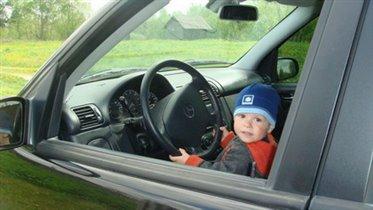 Маленький автолюбитель в большой машине