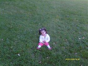 Я на травушке сижу, и  улыбку всем дарю.))))