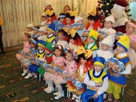 Групповое фото на память о праздниках в любимом детском саду.