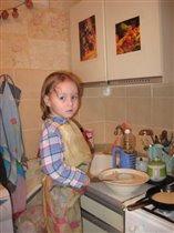 Моя старшая дочь готовится делать блины.