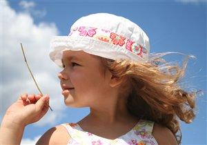 Белеет детская панама на фоне неба голубом