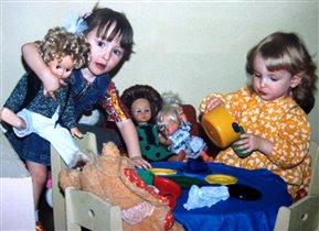 Мы с подружкой Машей куклам варим кашу.