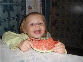 Пока мама готовит, я попробую арбузик!!!