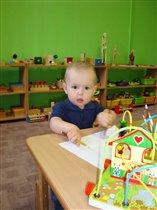 Кирюша очень любит рисовать в детском саду.
