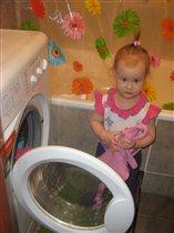 Я на всю семью стираю, маме очень помогаю!