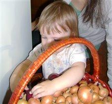 Помогаю маме чистить лук!