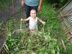 Юляшка помогает дедушке убирать мусор