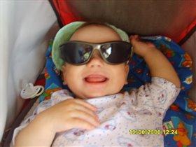 Солнышко светит, а я в папиных очках!!!