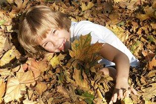 В 'стогу' осенних листьев...